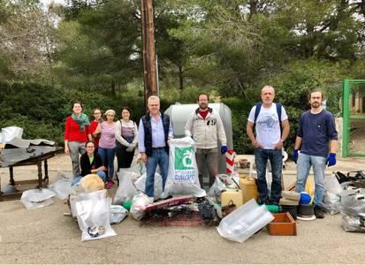 Voluntarios de Salou limpian el entorno del bosque de la iglesia de Sant Jordi y de Cala Font