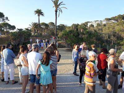 Cientos de vecinos disfrutan de las vistas y el acceso al nuevo espacio natural recuperado de la Cala Morisca