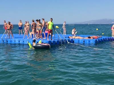 Las playas de Salou ya disponen de las plataformas flotantes para el ocio de los bañistas
