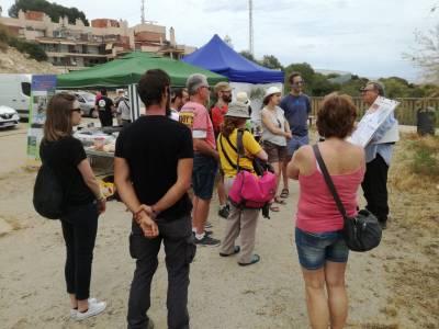 Más de cien personas exploran el medio natural próximo al Faro de Salou acompañados de expertos en flora y fauna durante un día