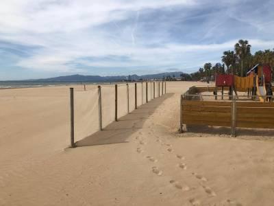 Salou instala redes de contención de arena en las playas urbanas