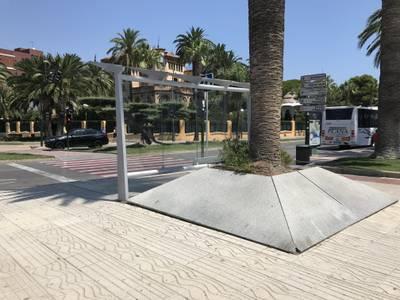 El Ayuntamiento de Salou realiza trabajos de arreglo en las marquesinas para mantenerlas en buen estado