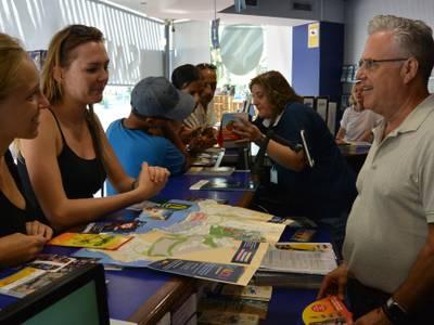 Las dos oficinas de información del Patronato de Turismo de Salou atienden más de 300 consultas diarias en los meses de verano