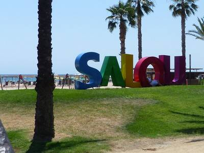 Salou instala unas letras gigantes en el paseo Jaume I con el nombre del municipio
