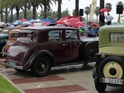 Unos ochenta coches de época muestran sus encantos en el paseo Jaume I