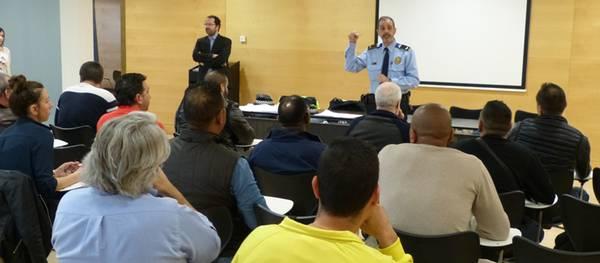 21 aspirantes se examinan en Salou para obtener la credencial de conductor de taxi