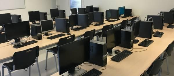El centro de formación Atenea ha renovado parte del equipamiento informático y amplía el ancho de banda de acceso a internet