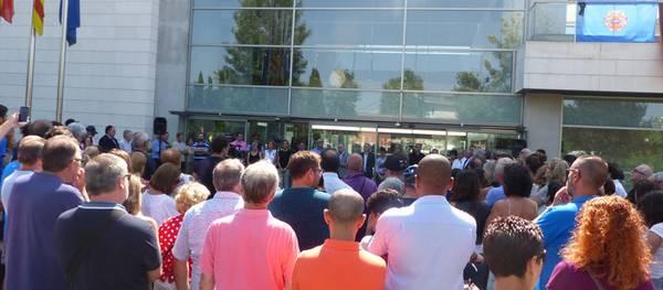 Concentración masiva a las puertas del Ayuntamiento de Salou para condenar los atentados de Barcelona y Cambrils