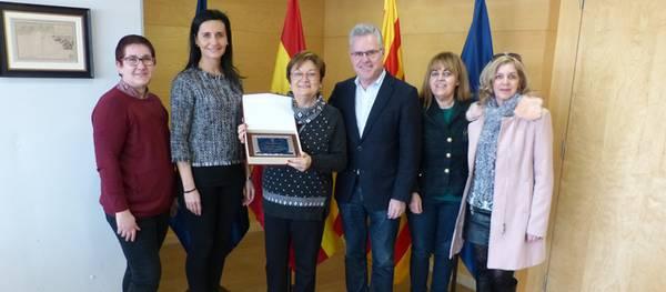 El alcalde entrega una placa a la profesora Ángeles Vidal con motivo de su jubilación