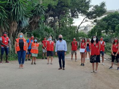 El alcalde Pere Granados agradece el compromiso del cuerpo de informadores y voluntarios de la Cruz Roja en la campaña de sensibilización sobre la COVID-19, dirigida a los jóvenes en espacios de ocio de Salou