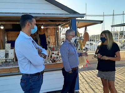 El alcalde Pere Granados visita los puestos del mercado de artesanía del Espigó del Moll de Salou