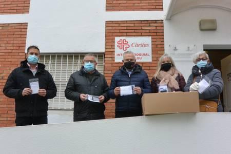 El Ayuntamiento de Salou dona 600 mascarillas solidarias, confeccionadas a mano por el Grup de Dones, a Cáritas Interparroquial