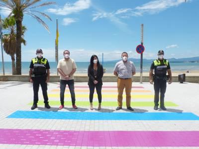 El Ayuntamiento de Salou pinta un paso de peatones en la calle Colón con los colores LGBTI, para reivindicar la diversidad