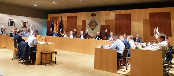 El pleno de Salou acuerda regular los usos de carácter religioso y de asociaciones de fumadores y suspende durante un año las licencias