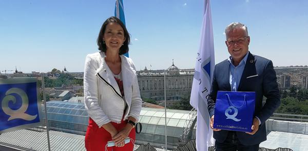 Pere Granados recoge la bandera 'Q de Calidad Turística', que reconoce la buena gestión de las playas de Llevant y Ponent y los servicios que ofrecen