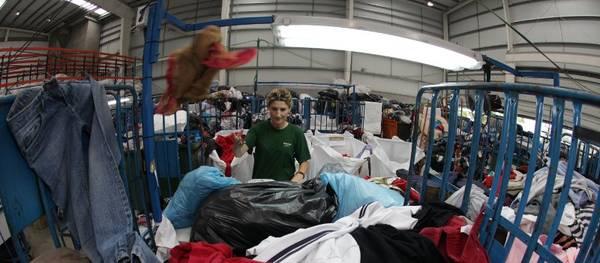 Salou refuerza su compromiso para la recogida selectiva de ropa usada