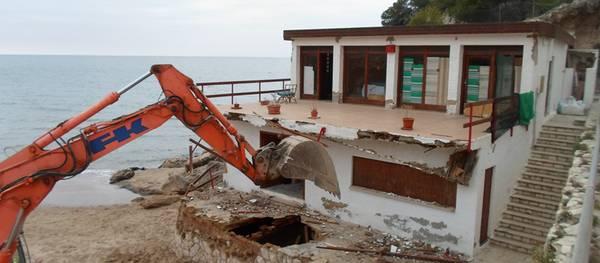 Se derriba el antiguo edificio de la Cala Font para recuperar el paisaje de este enclave en el Cap Salou